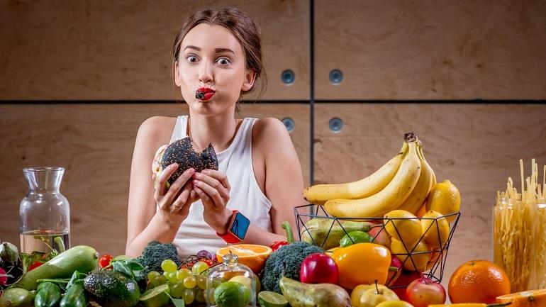 Коронавірус змушує працювати вдома: як уникнути переїдання протягом дня