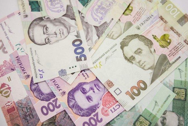 Гривня пробила нове дно: Нацбанк рекордно обвалив національну валюту