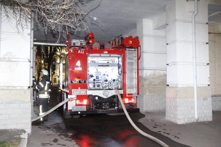 У Києві загорілася чотириповерхова лікарня, пацієнтів евакуювали
