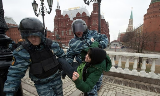 Розвиток пандемії, що може призвести до створення «поліцейської держави», передбачений ще у 2010