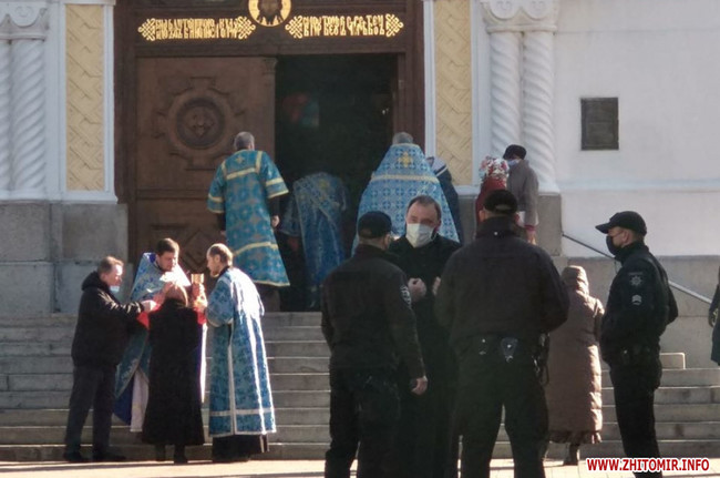 Карантин не завада: у центрі Житомира священники Московського патріархату причащають прихожан