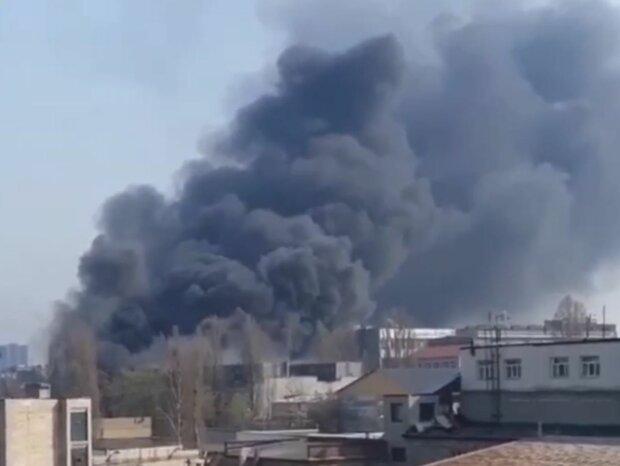 Чорний дим поширюється на все місто: у Києві горять склади, деталі та відео