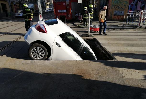 Автомобиль в Праге провалился в яму на дороге, где шли ремонтные работы
