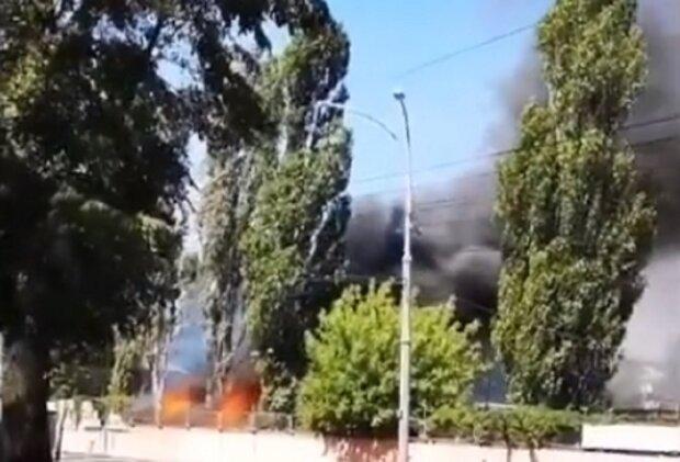 ПОЖЕЖА В КИЄВІ: дорогу до Жулян перекрили, є загроза вибуху