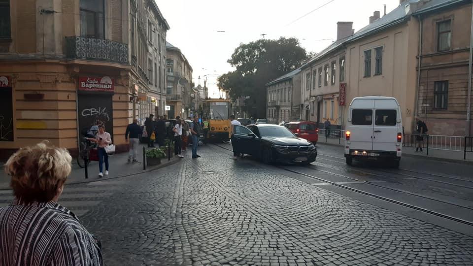У центрі Львова іномарка на швидкості протаранила магазин: перші деталі та фото