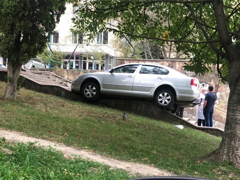 Повисла на сходах: у Львові машина без водія здійснила каскадерський трюк, фото