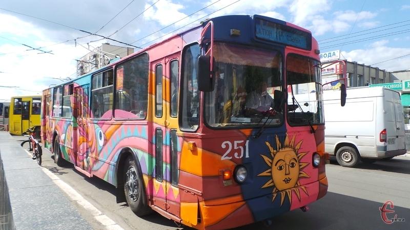 """""""Голий"""" хмельничанин у тролейбусі паралізував рух, пасажири в люті: """"За яким законом?"""""""