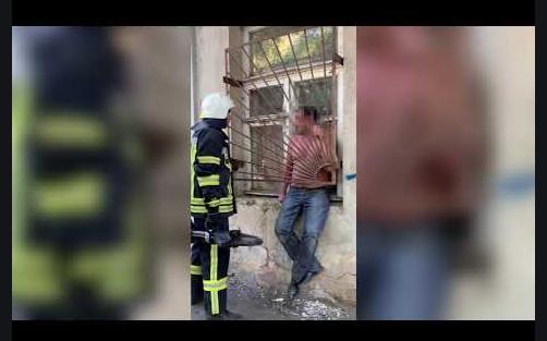 Чоловік намагався залізти додому через вікно і застряг: конфуз зняли на відео