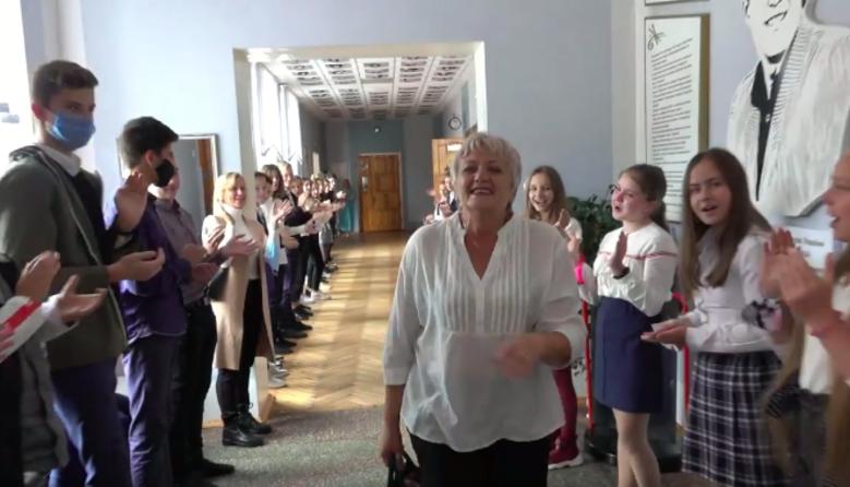 Живий коридор пошани: колеги віддячили вчительці за 36 років плідної праці