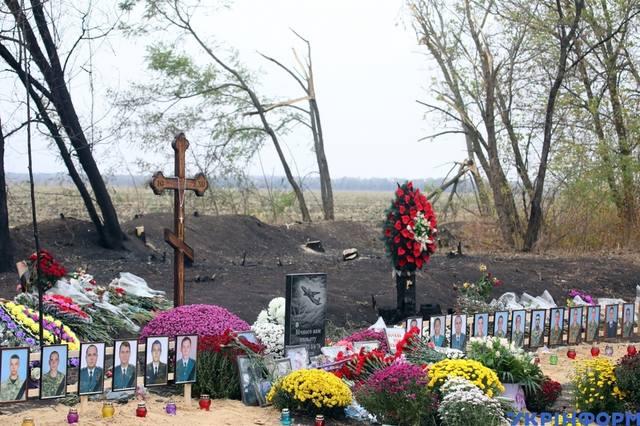 Рідні ридають, все встелено квітами: на Харківщині прощаються із загиблими в авіакатастрофі (фото)