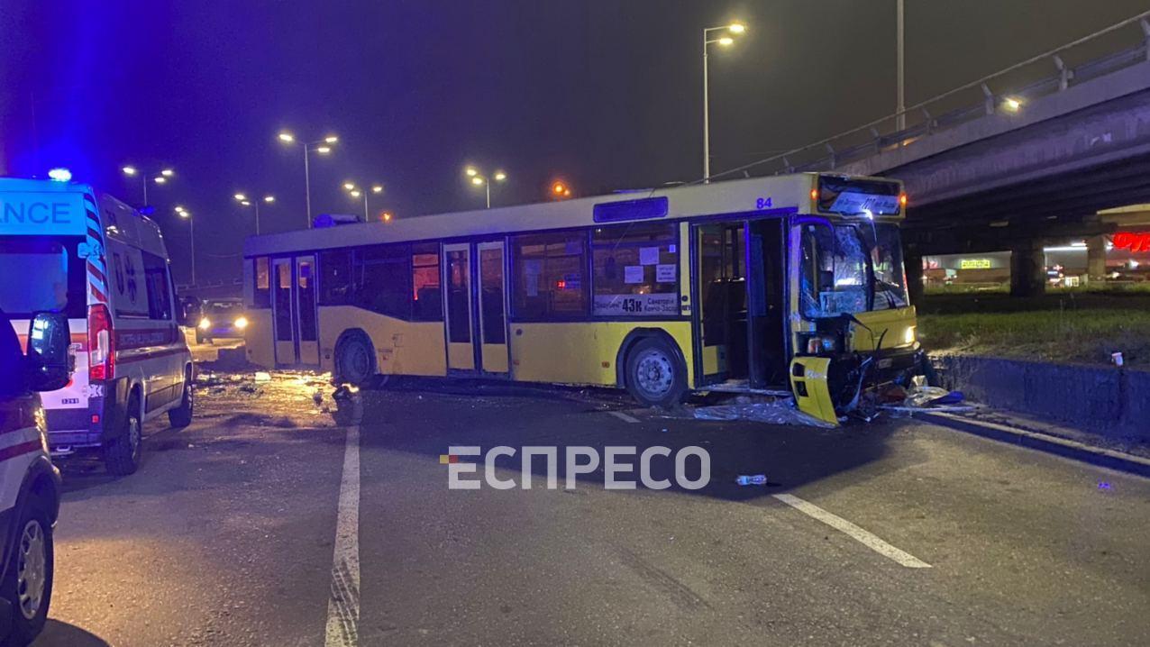 У Києві автобус врізався в зупинку з людьми: є постраждалі (відео)