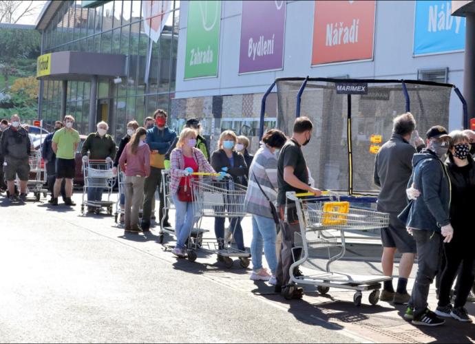 Локдаун: Чехія закриває магазини та послуги. 12 тис. хворих за минулу добу