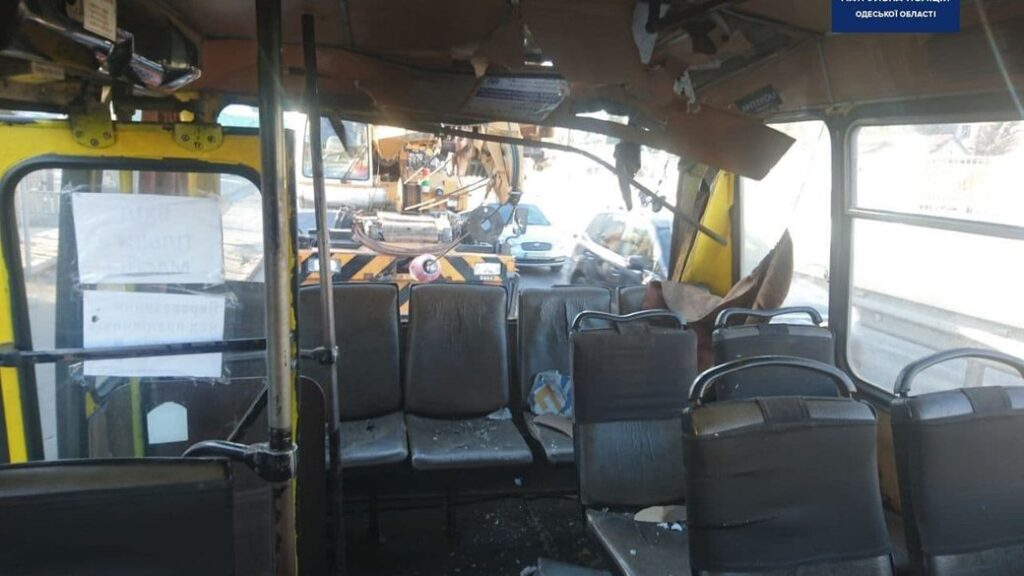 В Одесі вантажний кран протаранив маршрутку