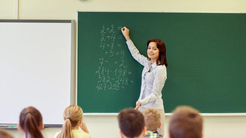 Кабмін відмовився від підвищення мінімальних зарплат вчителів з 2021 року