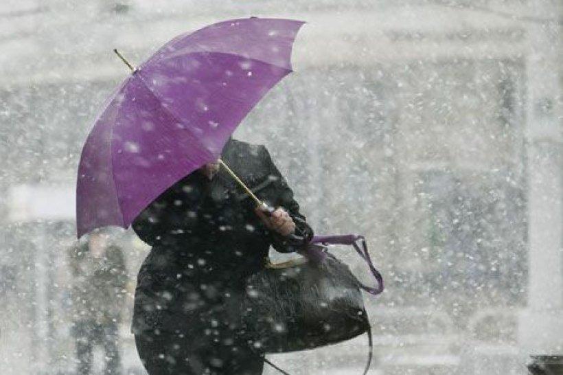 """Частину України """"атакують"""" дощі, сніг і сильний вітер: де буде найгірше"""