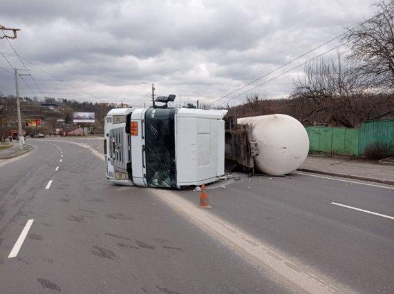 Газовоз збив стовп та перекинувся – оголосили евакуацію