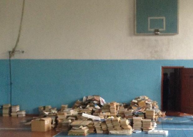 Мама семикласниці показала справжній морок української школи: сухе плавання і попою по підлозі