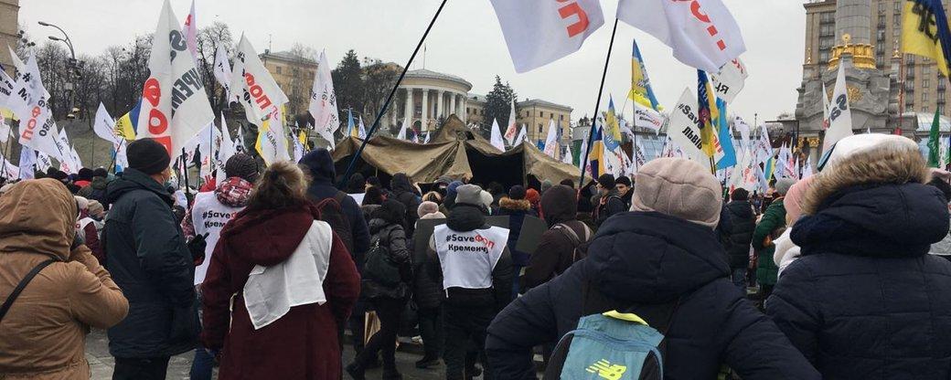 Знесені намети та сльозогінний газ: у Києві тривають сутички між демонстрантами та поліцією