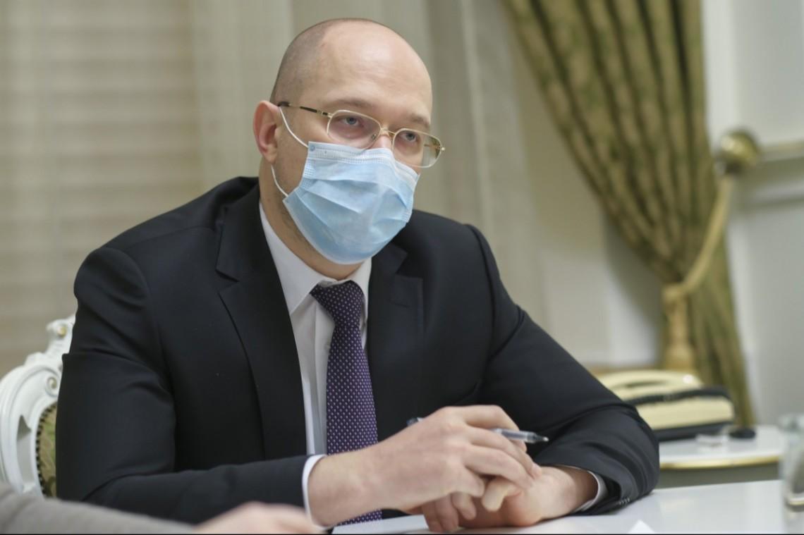 Шмигаль пояснив, чому COVID-фонд витратили на дороги і назвав дату масової вакцинації