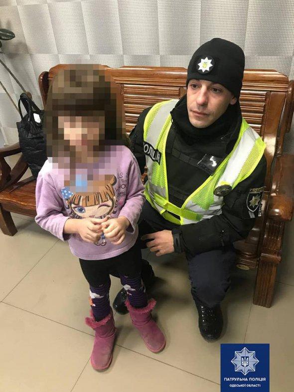Блукала містом без куртки: 4-річна дівчинка втекла з притулку, щоб знайти матір