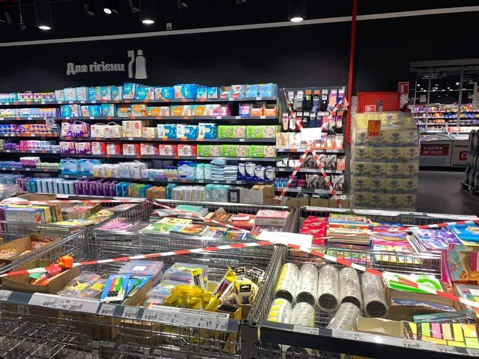 Такого ще не було: українські супермаркети заклеїли заборонений товар на період локдауну