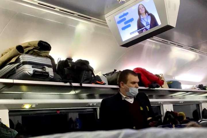 Скандал у потязі. Пасажири «Укрзалізниці» їздять без масок, бо «коронавірусу немає»
