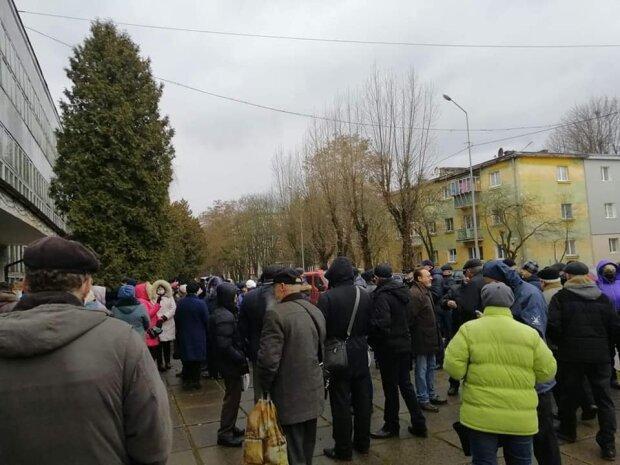 """Львівський завод відмовляється впускати працівників, люди не витримують: """"Ні світла, ні зарплати"""""""