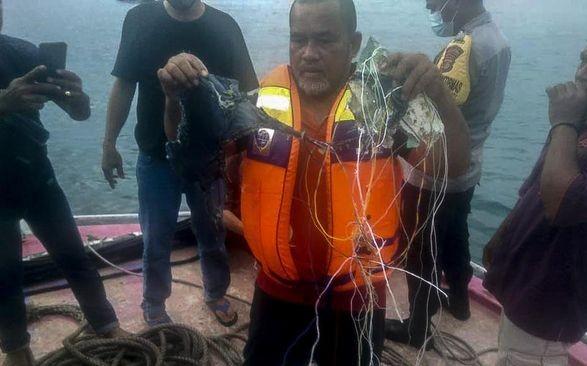 Пасажирський Boeing впав у воду після вильоту з Джакарти: з'явилися фото з уламками