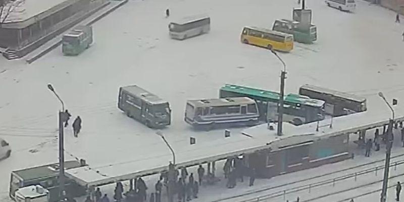 """""""Два оленя"""". На снегу под Днепром автобусы попали в нелепое ДТП (видео момента)"""