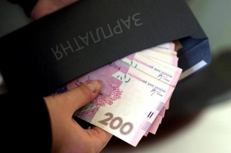 Чиновникам підвищили зарплати: скільки отримуватимуть