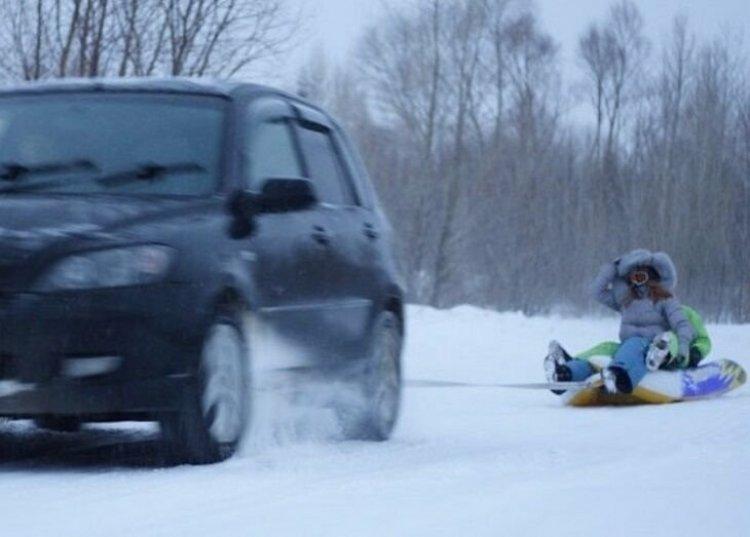 П'яний батько прив'язав тюбінг з дитиною до авто та влаштував зимові розваги. Дівчинку госпіталізували до лікарні