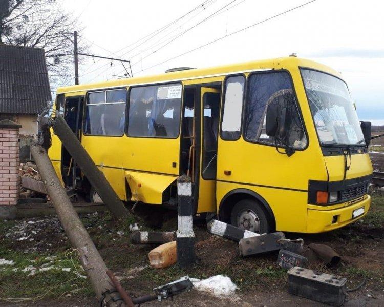 Є загиблі: поїзд збив пасажирський автобус. З'явилося відео з моменту аварії