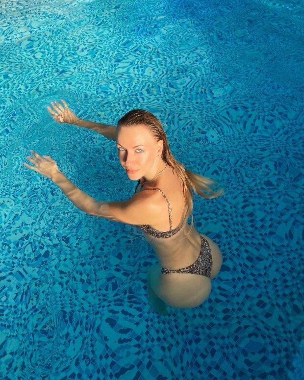 """Мокренька Нікітюк у леопарді поманила чоловіків з басейну: """"Аквамен, я чекаю"""""""
