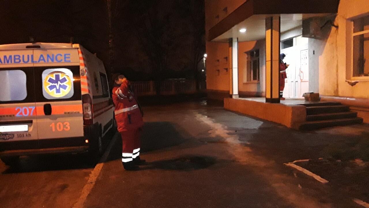 Бігала з дитиною по дорозі: у Харкові жінка залишила маленьку дівчинку вночі на вулиці (фото)