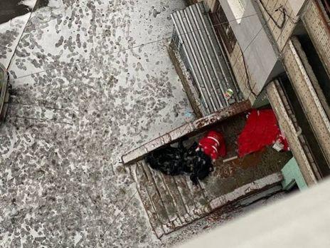 Дівчина викинулася з 14 поверху і впала на перехожого